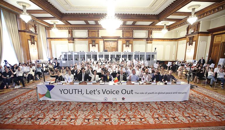 primii care au avut curajul să protesteze împotriva unei dictaturi nemiloase au fost tinerii