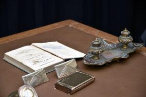 Suporturi pentru cărți de vizită, encrieră, ceas de birou, eseu geognostic asupra depozitelor de minerale, limba franceză