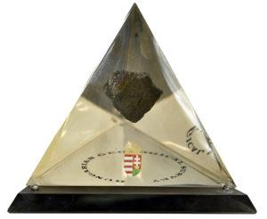 Piatră suspendată în piramidă de cristal, din partea Societății de Studii Geologice a Ungariei