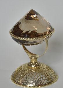 Cristal de topaz șlefuit, cu montură de aur de 1960 karate, primit din partea președintelui Federației Ruse, Boris Elțîn