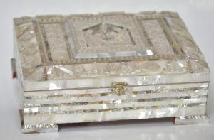 Casetă din sidef cu biblie copertată în sidef în interior, primită de la Președintele Autorității Naționale Palestiniene, Yasser Arafat, în decembrie 2000