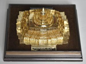 Macheta templului Borobudur din Indonezia, placată cu aur