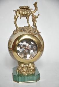 Ceas din aur cu cadranul din sidef, suport de malahit și exterior din rodonit și aur, primit de la emirul Qatarului