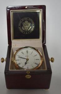 Ceas de birou cu ramă aurită, primit din partea președintelui Statelor Unite ale Americii, William J. Clinton