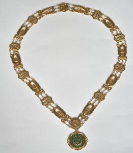 Colan aurit cu montură de malahit, din partea Academiei de Litere a Braziliei, asociat Ordinului Palmas Academicas
