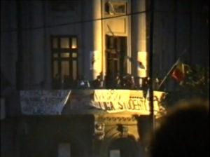 Retragerea intelectualilor de la manifestații după votul din Duminica Orbului. Închiderea Balconului din Piața Universității. Revendicările rămân neschimbate