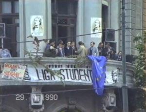 """George Prut Prezența-maraton a tinerilor și studenților în Piața Universității din București – locul unde tot ei, după ce au fost mitraliați și călcați de tanchete în după-amiaza zilei de 21 decembrie 1989, au câștigat victoria – este argumentul decisiv împotriva tuturor celor care din imorale considerente de putere politică susțin că Revoluția nu a fost anticeaușistă. Revoluția din 21 decembrie 1989 a fost esențial anticomunistă, iar manifestația nonstop din aceste săptămâni, a luptătorilor de atunci, în același loc sacru al libertății, este peremptoriu indiciu că Revoluția își continuă și își va continua programul, indiferent de ce ar spune ideologii și istoricii de ocazie ai partidului Frontului Salvării Naționale. Tinerii din Piața Universității din București sunt zguduiți în întreaga lor ființă de blasfemia care s-a produs. Majoritatea dintre cei care i-au opresat și le-au fost călăi sunt și astăzi la conducerea țării, fac parte din structurile de putere ce păreau la 22 decembrie 1989 sfărâmate. Memoria sutelor și miilor de victime este maculată printr-un detestabil comportament politic al puterii instaurate de FSN, comportament reflex ce seamănă tot mai mult cu al celor care au organizat masacrul din iunie trecut din Piața Tien An Men. Proaspăt """"legalizată"""" prin vechiul sistem odios de furt, minciună, agresiune concertată, teroare, violență, puterea FSN nutrește acut gândurile unui Tien An Men românesc. Cele petrecute în zorii zilei de 24 aprilie 1990, întreg șirul de diversiuni, presiunea psihică insuportabilă la care sunt supuși acești tineri luptători sunt semnele clare ale unei asemenea evoluții. Adică, spre o tragedie la fel de mare ca în decembrie. Spre acestă părere a noastră vine și faptul că cei peste 70 de greviști ai foamei au fost lăsați să ajungă la limita puterilor, lunecând în moarte. """"Comunismul cu față umană"""" îi lasă să moară, vagile maifestări de atenție nefiind altceva decât firave acțiuni de prestigiu politic, menite să arunce praf în ochii"""