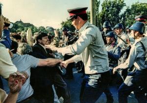 """""""Noi de-aicea nu plecăm / Nu plecăm acasă / Până nu vom câştiga / Libertatea noastră"""""""