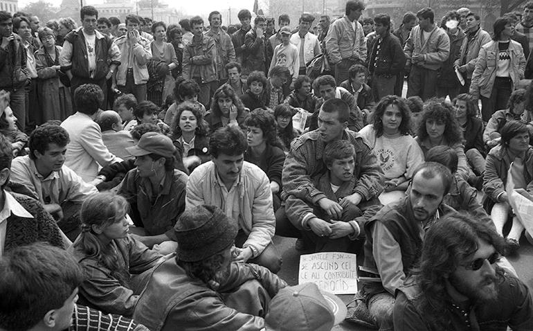 Precum în decembrie 1989, tinerii sunt din nou pe baricade