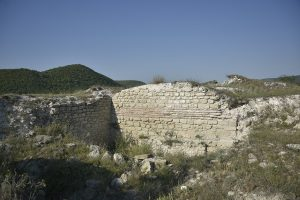 Cercetările arheologice au identificat vestigii ale locuirii începând din Paleoliticul mijlociu, continuând în Neolitic, Calcolitic și Epoca bronzului, în perioada elenistică și romană timpurie