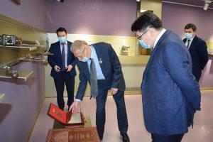 Prof. emerit Emil Constantinescu și Excelența-Sa domnul ambasador Nurbakh Rustemov
